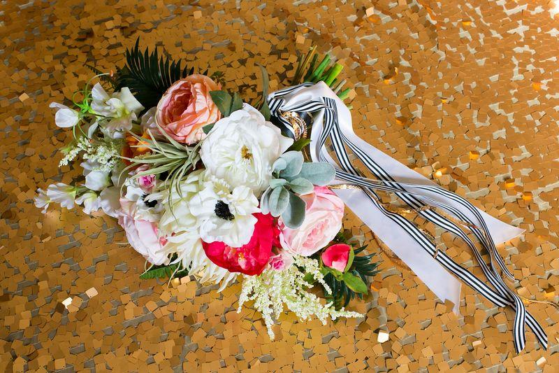 Peach-blush-and-airplant-bouquet