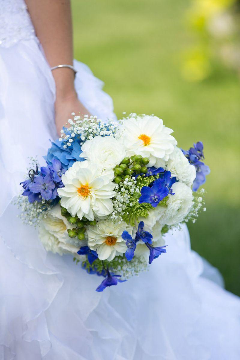 White-dahlias-and-blue-delphinium