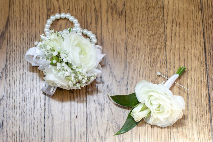Ranunculus-and-babies-breath-boutonniere